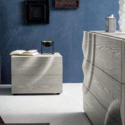 comodino-legno-grigio-camera-5080